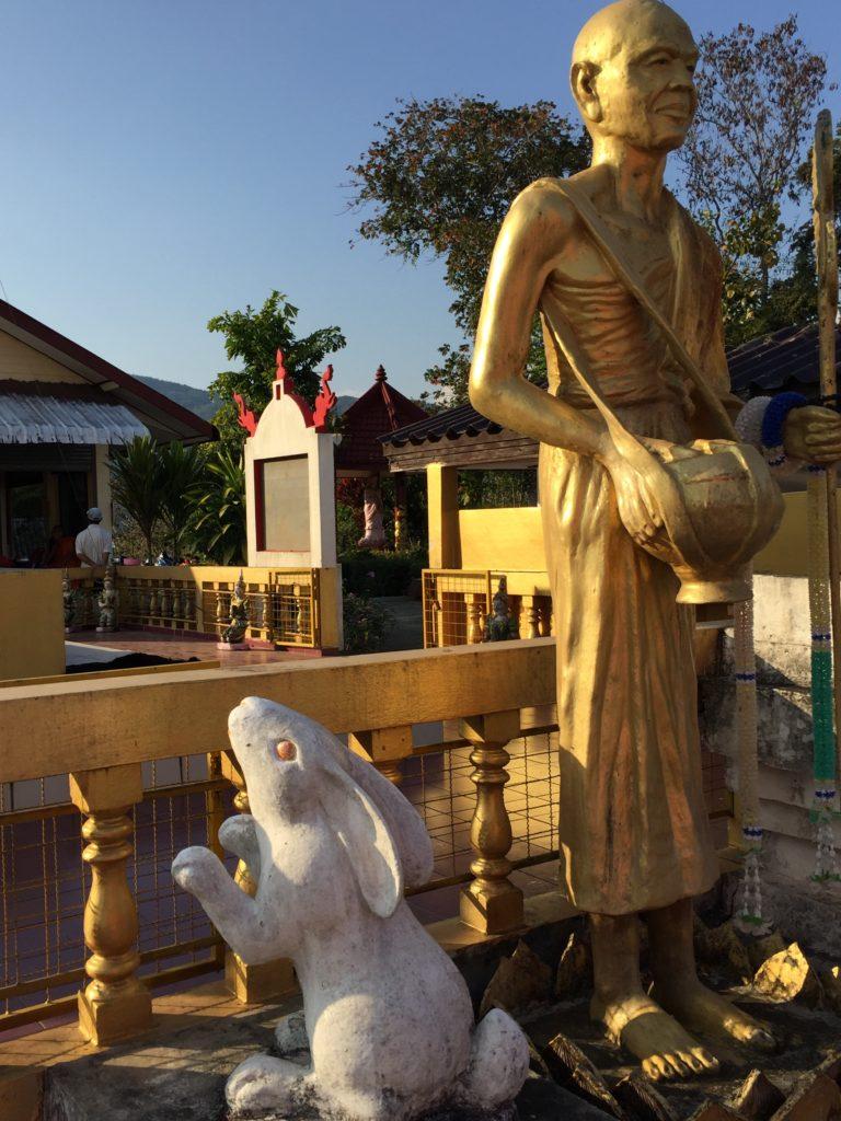 temple-in-chiang-rai-monk
